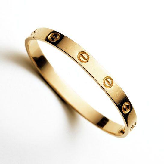 Les bracelets fétiches de l'été: Cartier bracelet Love http://www.vogue.fr/joaillerie/shopping/diaporama/les-bracelets-fetiches-de-l-ete-plage/14471/image/805434