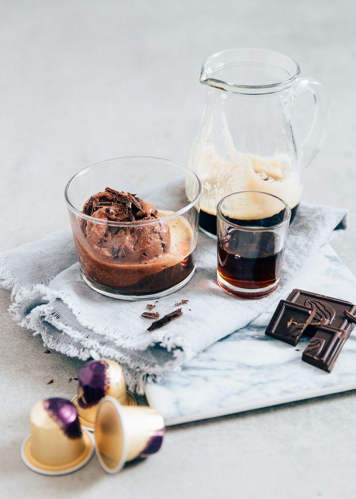 Affogato is een dessert bestaande uit koffie en ijs. Yes! De hete espresso giet je over het koude ijs en wat je dan krijgt is een heerlijke romig nagerecht.