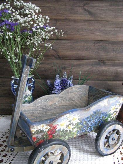 Тележка Горные цветы. Такая тележка украсит интерьер в стиле Кантри, в ней можно хранить лук, чеснок, букеты сухоцветов , горшочки ,баночки с приправами или игрушки.  Можно также использовать  для фруктов или  как кашпо для цветов.