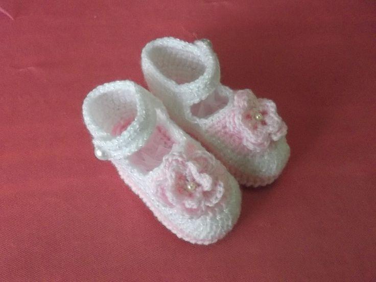 zapatitos para la princesa de la casa, los de la foto estan realizados en lana esp. para bebe, pero tambien se tejen en hilo.