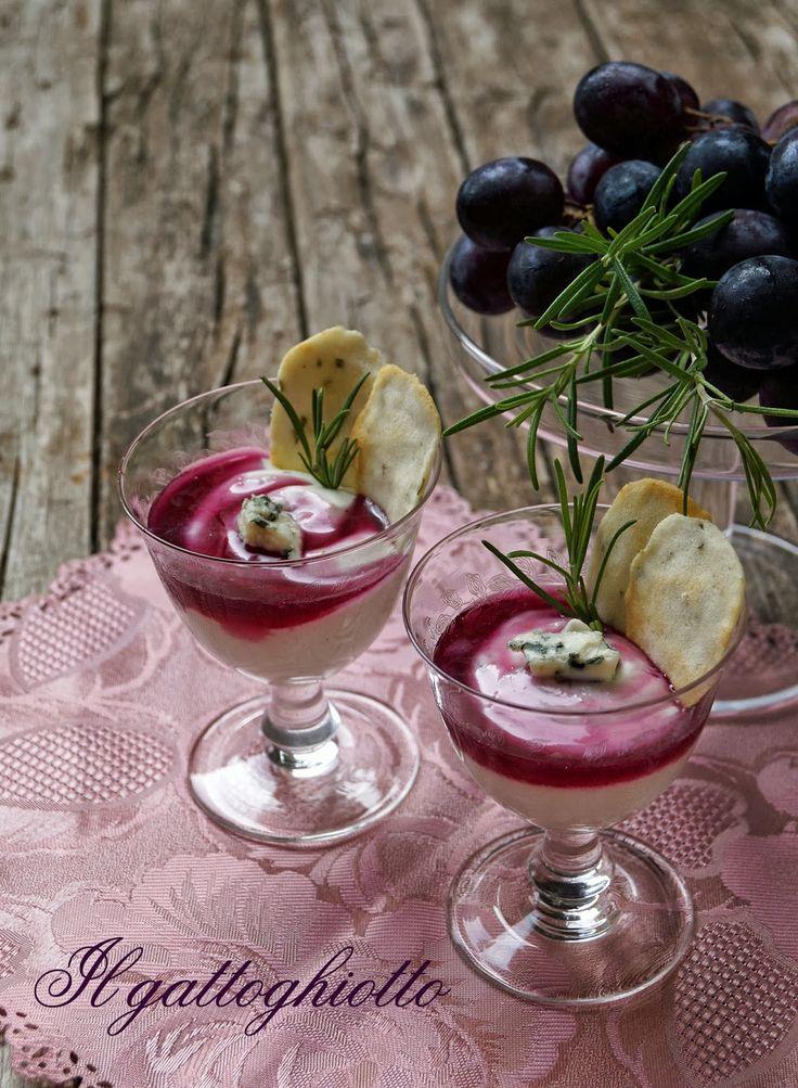 il gattoghiotto: Spuma al Roquefort con glassa all'uva nera e cialde al rosmarino