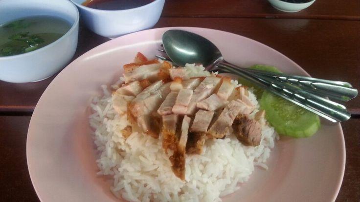 Reis mit Pork und Suppe. Typisches Garküchengericht in Thailand