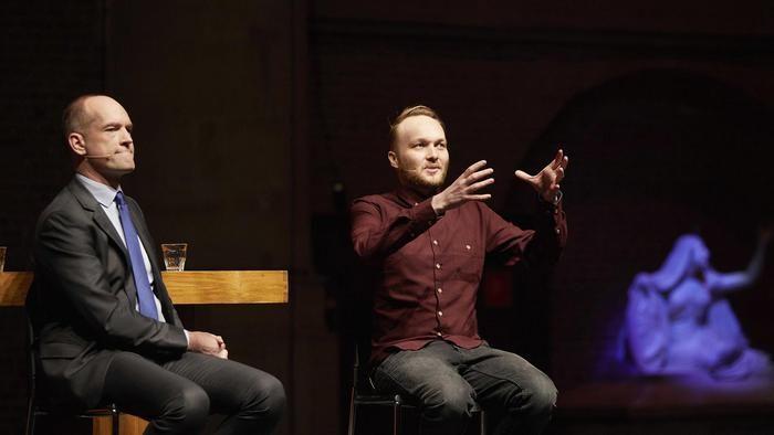 Uitverkochte kerk voor religie-discussie tussen Arjen Lubach en CU-leider Segers - Politiek - Voor nieuws, achtergronden en columns