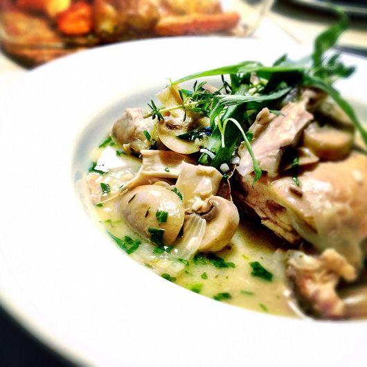 Lækker og nem kyllingegryde med champignon, hele skalotteløg og friske krydderurter i hvidvin og fløde.