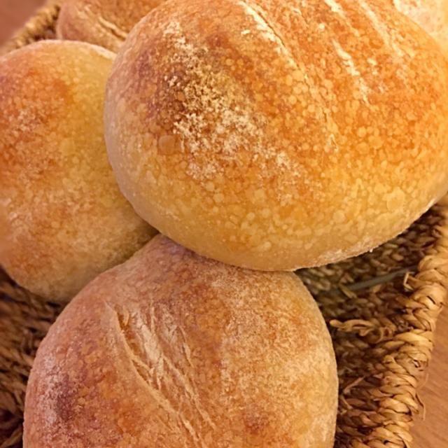 高橋雅子さんの本の「ファンデュ」の生地で。焼いたら底割れ&変な方向に伸びて、へんてこりんな形になっちゃいました  ヨーグルト入りで中がかなりもっちりしっとりのハードパンです。 - 139件のもぐもぐ - ライ麦のハードパン(ヨーグルト酵母) by amopao
