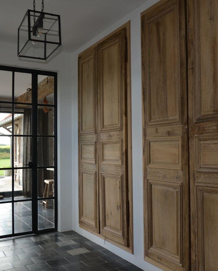 Oude eiken of grenen deuren en luiken als kunstwerken in hun lijst 22