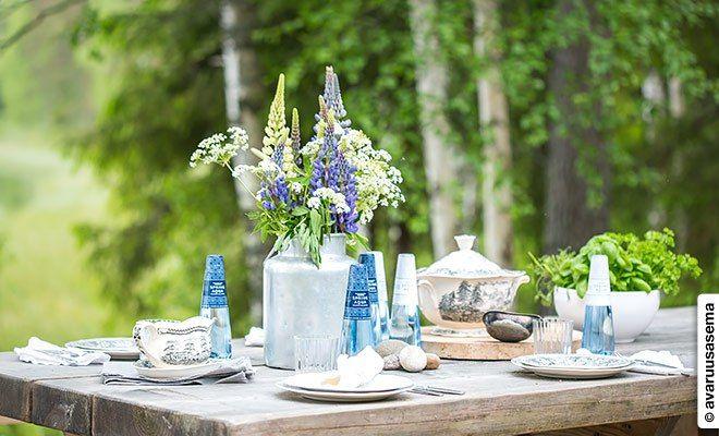 """""""Spring Aqua Premium -vesipullot ovat siroja ja etiketit niin kauniita, että ne voi kattaa suoraan pöytään. Vesi on tietenkin kotimaista ja se on nostettu Multilan luonnonlähteestä. Lähteen vesi uusiutuu jatkuvasti luonnollisesti ja se on yksi puhtaimmista lähteistä Suomessa. Paras vesi on juurikin raikasta eikä siinä ole sivumakuja."""""""