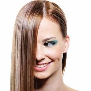İşte parlak saçlar için ev yapımı 2 pratik çözüm 1. Yumurta  Yumurta muhtemelen saçınıza dakikalar içinde nem ve parlaklık kazandıracak en iyi malzemelerden biri. İyi bir protein, yağ asidi ve lesitin kaynağı olan yumurta, yıpranmış mat saçlara nem ve parıltı kazandırır. Aynı zamanda saç telleriniz kalın ve güçlü hale gelir.  1 yemek kaşığı zeytinyağı ve 1 yemek kaşığı balla 1 yumurtayı yumuşak bir macun kıvamına getirene kadar karıştırın. Oluşan karışımı nemli saçınıza ve derinize…