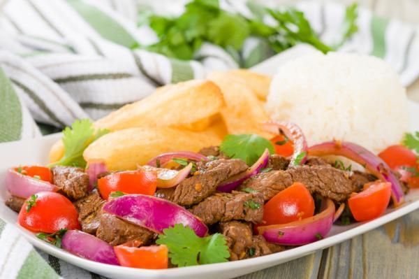 Aprende a preparar lomo saltado peruano con esta rica y fácil receta. Para realizar la receta del lomo saltado deberemos cortar la carne en tiras finas, sazonamos co...