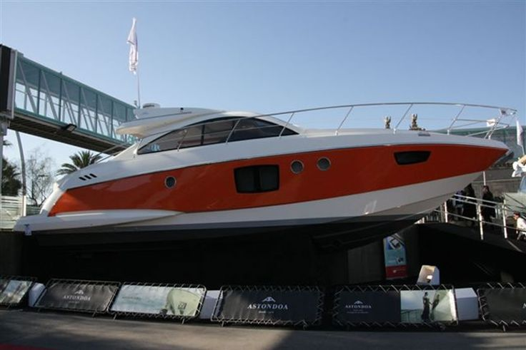 The Astondoa 43 Open. With Fractional Ownership she will be registrated in Spain in a Spanish SL. The Co Owner will be owner for 25% and has 80 days a year, 20 days in each season. After every period the yacht will be cleaned and inspected by Estock Yacht Share. The Astondoa 43 open is located in Marina Salinas in Torrevieja, a modern yachtclub with restaurants, bars and well located close to Ibiza, Mallorca and Mar Menor.