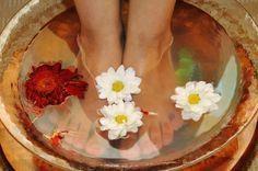 Cómo quitar el mal olor de pies puede ser una de las preguntas más frecuentes en temas de belleza y salud, por eso tenemos esta receta casera para lograrlo y lucir unos pies hermosos este verano sin pena. ¿Alguna vez has pensado en sumergir tus brochas de maquillaje en vinagre blanco para desinfectarlas? Bueno, esta receta para quitar el mal olor de pies utiliza el poder del vinagre blanco. La menta contiene menthol, que es refrescante y complementa las propiedades neutralizantes del olor…