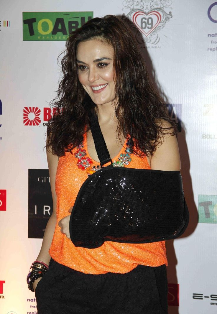 Preity zinta accidental boob exposure — photo 7