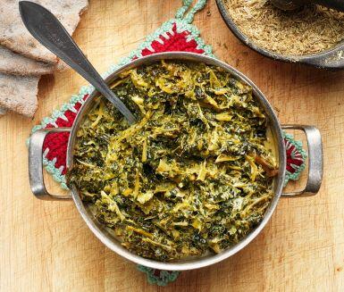 Långkål är färsk eller fryst grönkål som kokas i grönsaksbuljong och sedan fräses med matfett och grädde eller crème fraiche. Servera bredvid skinkan på julbordet.