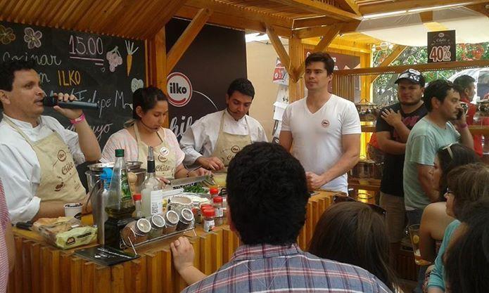 Nuestra ganadora Catalina Cerda junto a nuestros Chef Pablo Montenegro y Felipe Martínez cocinando Ceviche de Cochayuyo