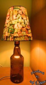 Αμπαζούρ με γραμματόσημα σε παλιό μπουκάλι από μπύρα/A beer bottle transformed in a lampshade covered with old postage stamps