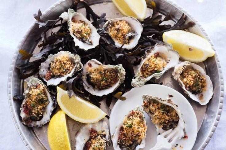 Gratineren is een klassieke manier om oesters te bereiden. Lekker met een krokantje van pittige pepperoni en knoflook - Recept - Gegratineerde oesters - Allerhande