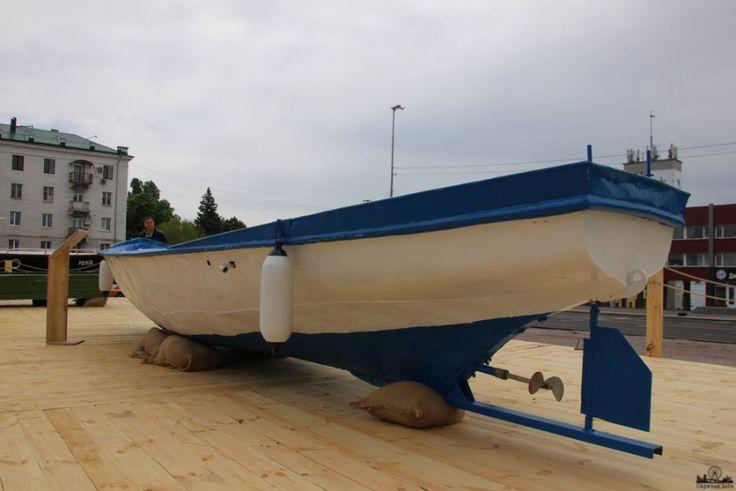 В Саратове открылась выставка «Музей волжской флотилии»  В Саратове около гостиницы «Словакия» открылась выставка «Музей волжской флотилии». Она приурочена к форуму «Среда для жизни. Квартира и город».  На специальной платформе, представлены различные плавательные средства, например, «Казанка- 6», которая используется в основном для хозяйственных целей, «Гулянка» - чаще всего сделана из дерева, используется рыболовами и охотниками, «Прогресс - 4», вместительное судно, которое пригодно для…