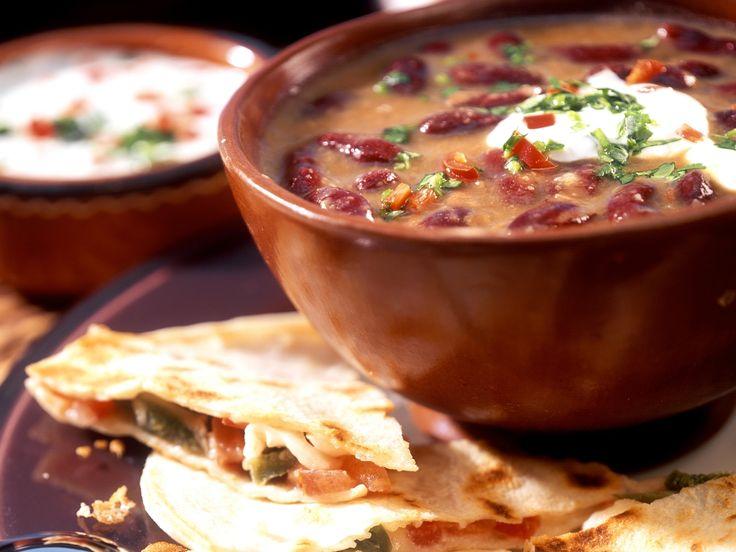 Toller Schmaus für Gäste: Bohnensuppe mit Sauerrahm und Käse-Tortillas | Zeit: 1 Std. | http://eatsmarter.de/rezepte/bohnensuppe-mit-sauerrahm-und-kaese-tortillas