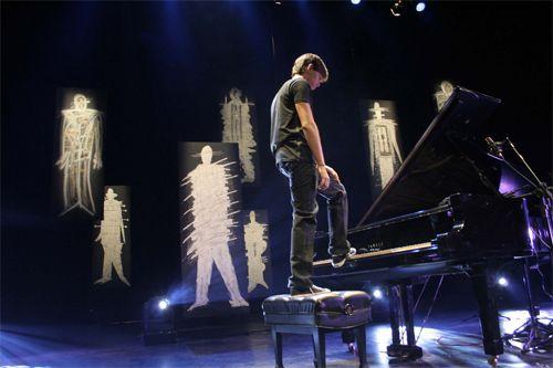"""Quem abre a programação de abril do projeto Instrumental SESC Brasil é o pianista pernambucano Vitor Araújo. Com um CD e um DVD na bagagem, 19 anos, formação clássica, o músico que vem se destacando no cenário instrumental se apresenta dia 7 de abril, terça-feira, às 19 horas, no Teatro Auditório da Unidade Provisória SESC...<br /><a class=""""more-link"""" href=""""https://catracalivre.com.br/geral/agenda/barato/pianista-prodigio-vitor-araujo-toca-no-sesc-paulista/"""">Continue lendo »</a>"""