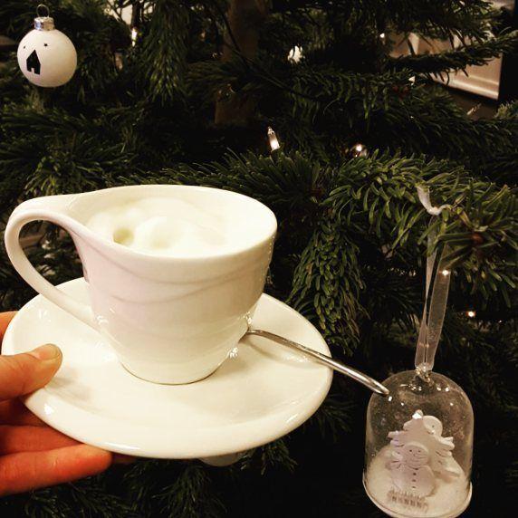 5 dagen tot Kerst.  Tijd om even een wel verdiend  cappuccino te nemen.... #christmascountdown #december #decembertoremember #kerst #kerstmis #christmas #cappuccino #caffeinatedlife #cappuccinotijd #winter #feestdagen #feestmaand #kerstsfeer #kerstsfeer #mykaffee #myespressocoffee #insta_coffee #coffeeshots #baristalife #coffeelover