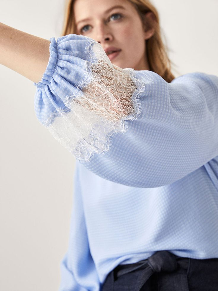 BLUSE MIT VICHYKAROS UND SPITZENBORTE für DAMEN - Hemden und Blusen - Alles anzeigen auf Massimo Dutti für Frühling Sommer 2018 für 59.95. Natürliche Eleganz!