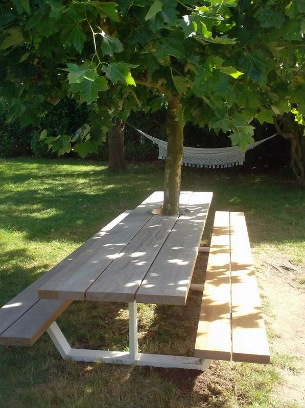 Prachtige design-variant van een picknicktafel. Met een gat in het blad zodat je 'm om je boom in de tuin kan zetten.