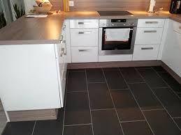 Battiscopa radiante. Il riscaldamento in cucina senza sprechi di spazio. http://www.lacasarubata.it/dove-si-vive/riscaldamento-a-battiscopa/