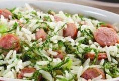 Veja como é fácil e rápido fazer arroz com linguiça e couve. É possível utilizar sobras de arroz cozido. O prato fica delicioso. Vale a pena experimentar.