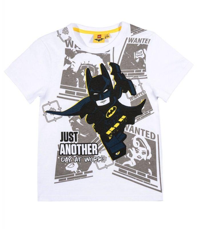 Op jouw t-shirt staat een stripachtige afbeelding met een grote Lego Batman op de voorgrond. Batman vindt zijn werk als Superheld erg belangrijk en heeft altijd haast om een strijd uit te vechten net als in de Lego Batman film. Ben je groot fan van Batman en de Lego film en series dan is dit een heel cool shirt! Lego Batman koop je bij Superhelden-kinderkleding.