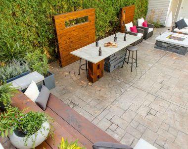 Passons au salon ! MISSION : Utiliser l'air de béton existant pour créer une pièce extérieure, salon-coin feu, comptoir bar, banc, éclairage extérieur.