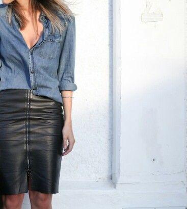 chemise en jean et jupe en cuir, accord parfait