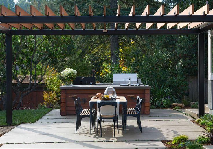 Aménagement d'une terrasse avec une cuisine extérieure arrière contemporaine avec une dalle de béton et une pergola. — Houzz Idée pergola terrasse — For a family who love to entertain and cook