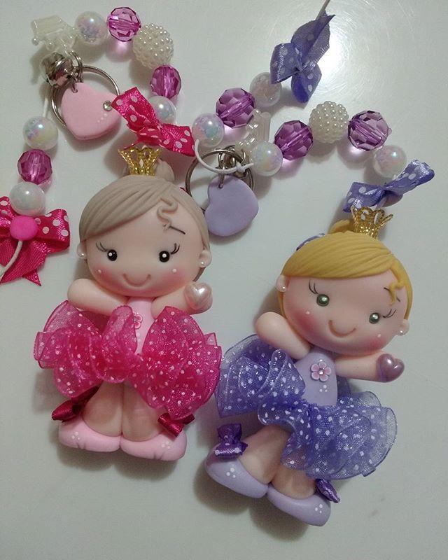 São tão fofinhas q tenho vontade de apertar! #biscuit #porcelanafria #chaveirosfofos #chaveirinhos #bonequinhas #byarteirapatriene