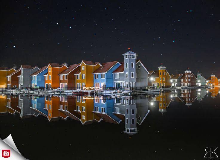 De weerspiegeling van de huizen in het water maakt deze foto éxtra sterk! De heldere sterren en prachtige kleuren zijn ook goed vastgelegd! Gefeliciteerd met de Foto van de Dag, Rkphotography! Bekijk meer foto's van Rkphotography op: http://rkphotography.zoom.nl/fotos/index.html