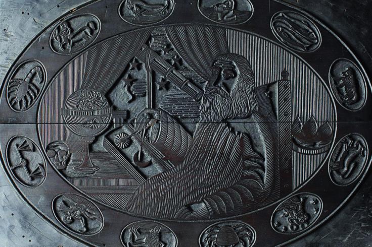 Ecco il bosso di stampa (ancora di proprietà della Fondazione Barbanera). Il Cliché tipografico di fine '800 con il logo utilizzato in quegli anni per le locandine. Barbanera appare al centro con il compasso e altri simboli di sapienza ed è circondato dallo zodiaco. Si chiama Bosso di stampa perché è in legno di bosso. La funzione era un po' quella di un timbro veniva ricoperto di inchiostro e poi utilizzato per la stampa.
