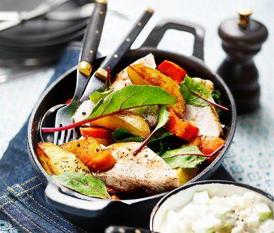 Kycklingfiléer i ugn är en favorit i många hem. Här serveras kycklingen med en sval röra av smulad fetaost, gurka, gräddfil och en gnutta honung. Klyftor av både potatis och sötpotatis som rostas med krossade vitlöksklyftor blir en spännande mix. Sammanlagt, en oförglömlig middag!