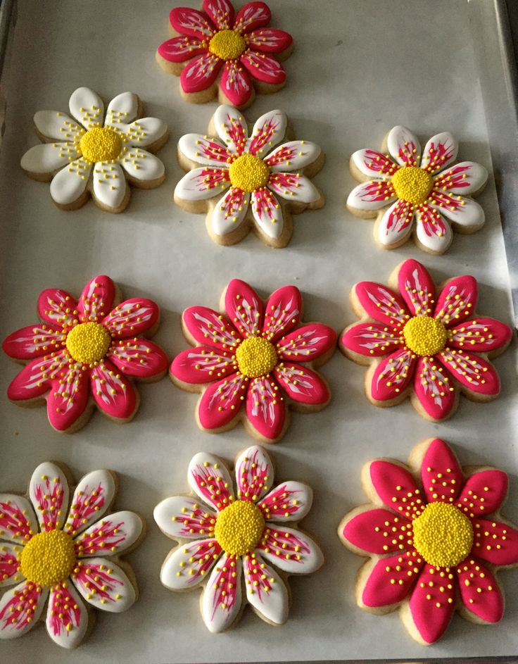 Starting the New year with with some flower cookies! I was really glad with the way these turned out.One of my favorite designs! I love stenciling cookies. It's quick, easy and pretty!