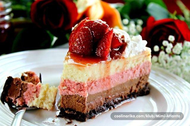 Jahodový Neapolitan cheesecake.
