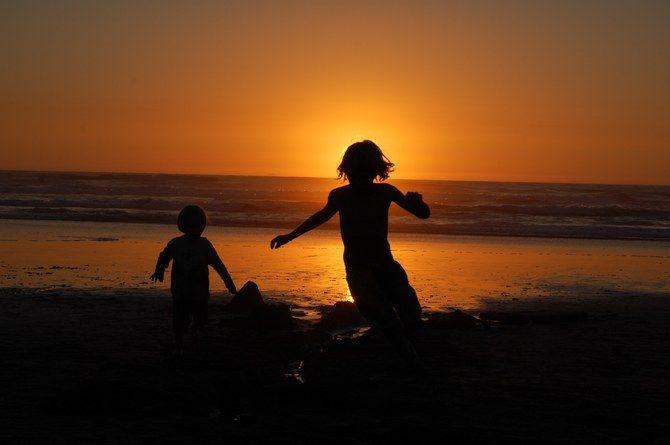 Zwei Kinder im Sonnenuntergang am Meer! #Kinder #Strand #Meer #Ufer #Sonnenuntergang #Spaß #Urlaub #Fotografie