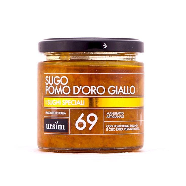 Sugo di pomo d'oro giallo Ursini, un sugo speciale a base di pomodoro giallo con pezzettini di peperone, qualche carota, un tocco di cipolla e una punta di spezie. Immerso in un olio extra vergine di oliva, può rendere un primo piatto tutt'altro che banale.
