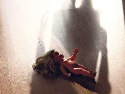 Niños ultrajados, niños indignados   La autora analiza la posición del psicoanalista ante la consulta por abuso, pone el foco en la solicitud de revinculación del niño o joven con el familiar sospechado de ser el maltratador o abusador y destaca la nec...