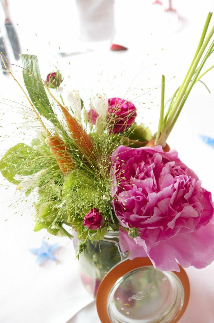 Joli bouquet de légumes et de fleurs
