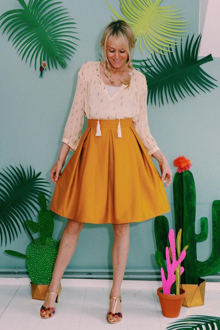 Unser Daisyrock ist die moderne Art, sich elegant zu kleiden. Er ist vielseitiger als ein Kleid und kann mit verschiedenen Oberteilen getragen werden – ein absoluter Allrounder. Der Rock besteht aus einem hochwertigen Baumwollstoff mit etwas Elastan , was für einen angenehmen Tragekomfort sorgt. Der Rock ist gefüttert und überzeugt mit schmeichelnden Falten am Taillenbund. Er macht dadurch eine schmale Taille und lange Beine. Der Stoff ist aus 100Prozent Baumwolle und schimmert golden. Der…