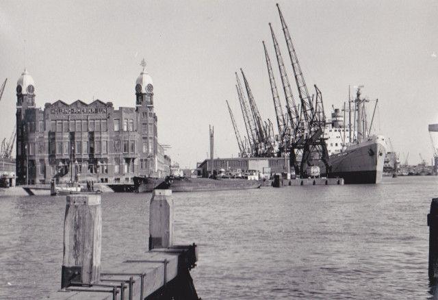 Vroeger en nu Twee maal de Wilhelminapier te Rotterdam, http://koopvaardij.blogspot.nl/2016/05/vroeger-en-nu.html