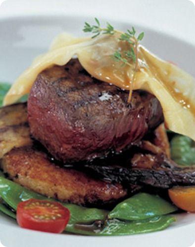 Bistecca di cervo della Nuova Zelanda su medaglioni di patate con olio di tartufo e ravioli ai funghi