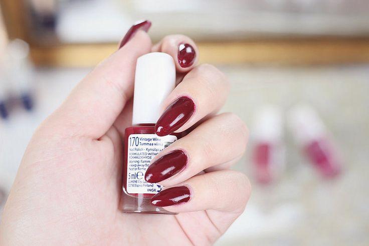 Beauty blogger Sanna-Emilia wearing Lumene Gel Effect Nail Polish in beautiful autumn trend collection shade 170, Vintage Wine. #nailpolish #lumene