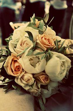 ΠΟΡΤΟΚΑΛΙ ΘΕΜΑ |  Chic νυφική ανθοδέσμη με λευκές παιώνιες, ροζ και λευκά τριαντάφυλλα - Wedding Tales - Ο γάμος των ονείρων σας!