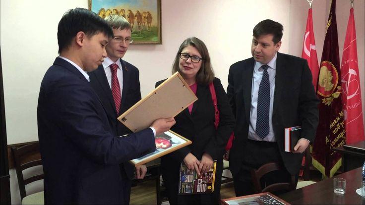 Коммунисты Бурятии преподнесли подарки сотрудникам посольства США