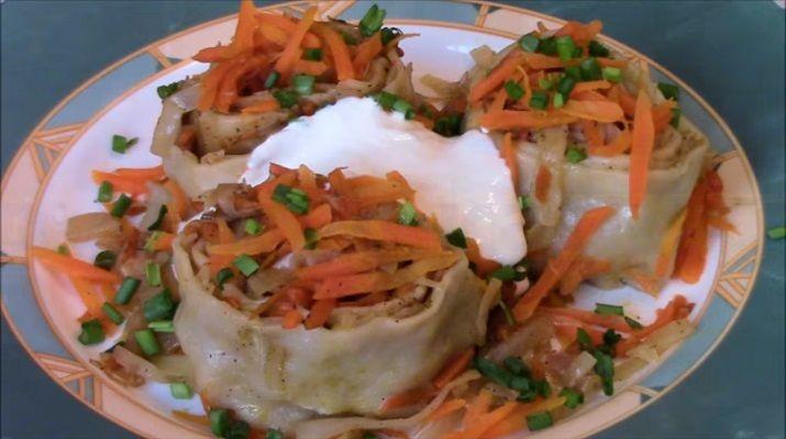 Горячее блюдо, приготовленное по этому рецепту, невероятно ароматное, с большим количеством овощей. А каждый кусочек теста настолько нежный и сочный, что просто пальчики оближешь. Если вы любите капусту также, как ее люблю я, то это блюдо станет вашим коронным.
