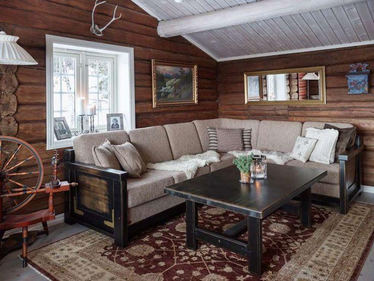 ÅPNET OPP: Stuen er nesten ikke til å kjenne igjen etter oppussingen. Tømmerveggene har kommet til syne, vindusomrammingen er malt hvit og taket lysnet med hvit panellakk. Sofa og bord er kjøpt hos Lom Møbler.